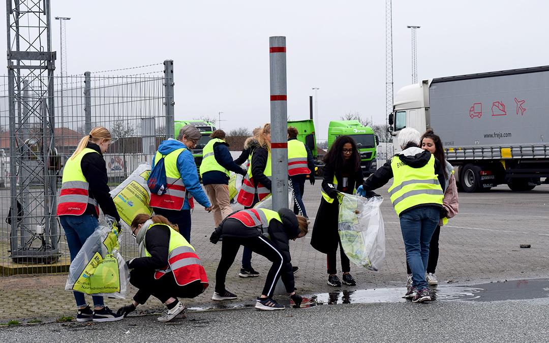 Elever fra Lyreskovskolen samler affald i Padborg